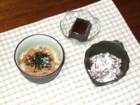 7/10 夕食 真イカのぶっかけ丼、黒ゴマ豆腐、こんにゃくの白和え