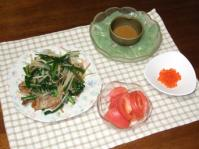 7/30 夕食 豚とニラもやし炒め、刺身こんにゃく、イクラ、トマト