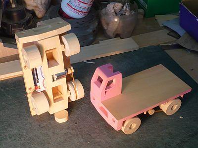 以前 モーターで走る 木のダンプカーを作った。