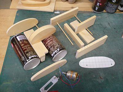 組み立て簡単 右の一群が 材料一式で・・・