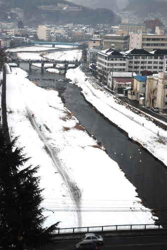 白鳥の来る川