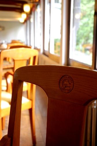 富士屋のロゴ入り椅子