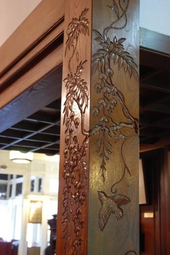 富士屋・柱の彫刻