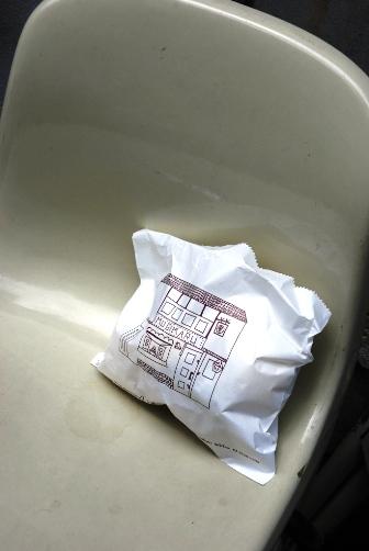2010麦丸2椅子と紙袋