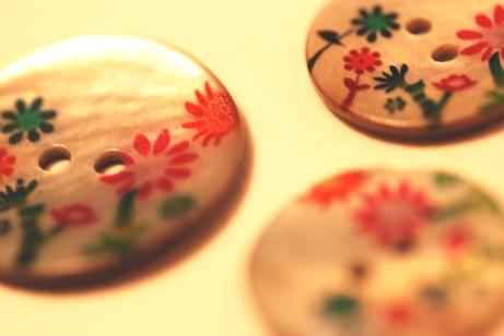 赤い花ボタン