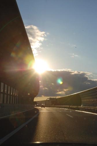 首都高・夕日と追いかけっこ