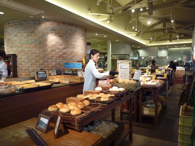 店内はオープンキッチン、奥には数々のおかずパンも…