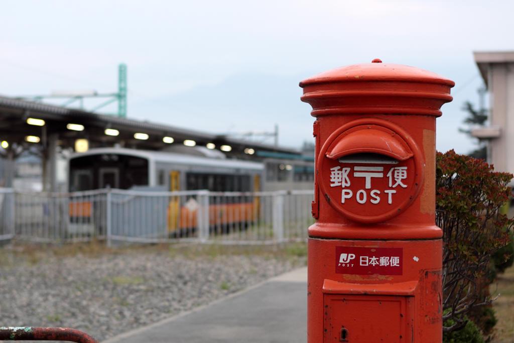 米沢駅の丸ポストと米坂線のキハE120形