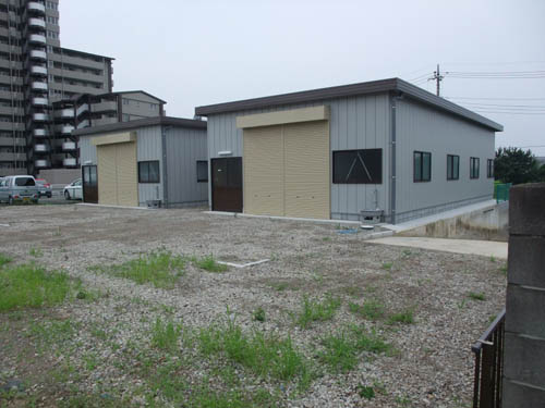 職場の隣には使ってない建屋が2棟、