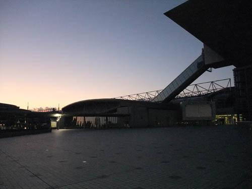 明け方の巨大建造物