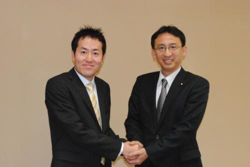 柴岡祐真氏(左)と塩川衆議院議員