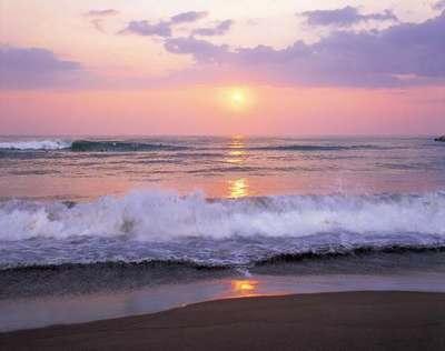 夕焼けの波打ち際