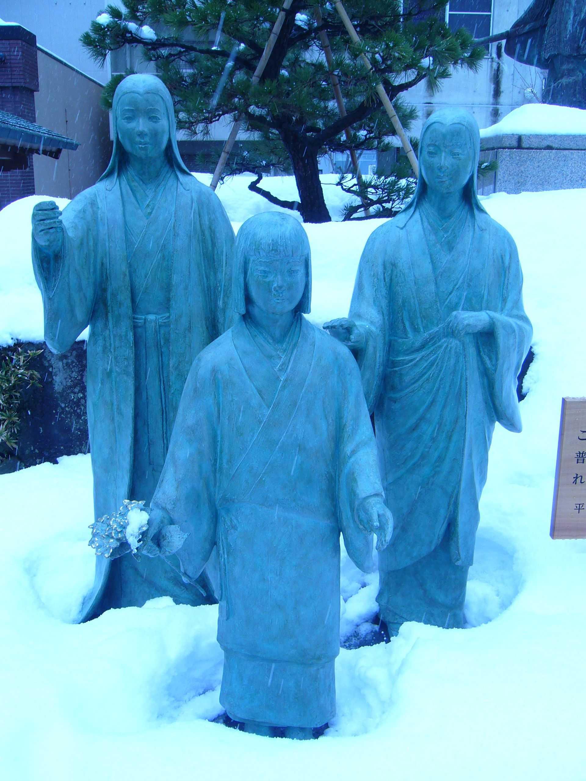 柴田神社浅井三姉妹像