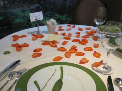 テーブルのバラの花びら