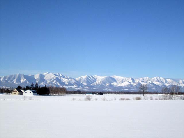 真っ青な空と日高山脈