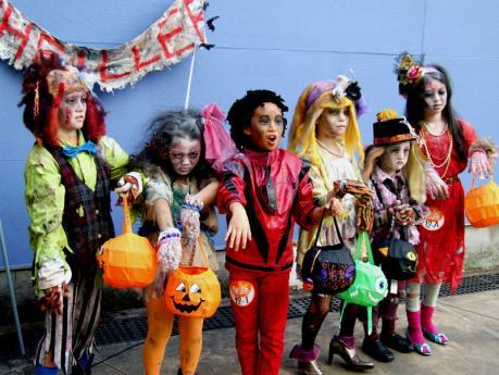 マイケルジャクソン「スリラー」の仮装をする子供達