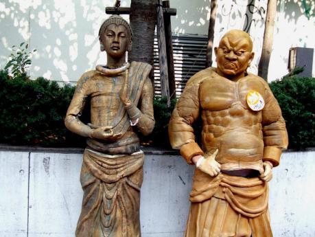 仏像と仁王像の仮装をした仮装パレード参加者