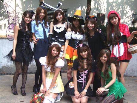 ハロウィンパレードに参加する若い女性達