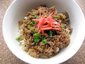 玄米肉そぼろ丼2
