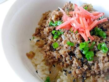 玄米肉そぼろ丼3