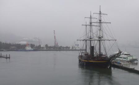 雨に煙る長崎港