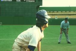 打球の行方を見ている