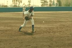 トンネルして打球をエラー