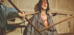 弓矢で射殺される伊織