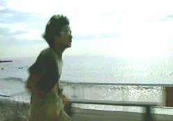愛美の待つ海へ必死に走る亘