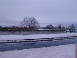 道路脇にはシャーベット状になった雪