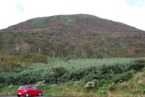 山と赤い車