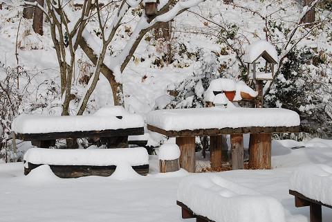 雪に埋もれたテーブルなど