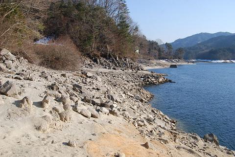 水位低下で露出した岸