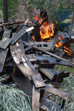 木の水車燃やす