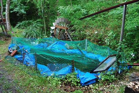 池にネットを