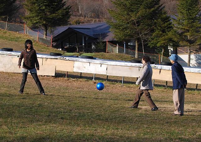 広場でボール遊び