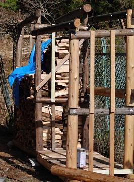 作りかけた薪置き場