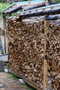 満杯の薪置き場