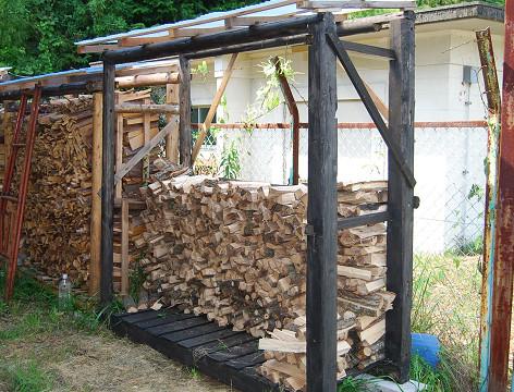 薪小屋の薪