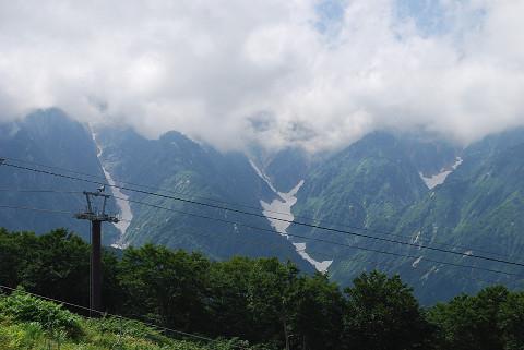 雪渓をいただく山