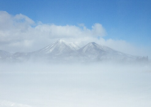 ブリザートで霞む茶臼岳