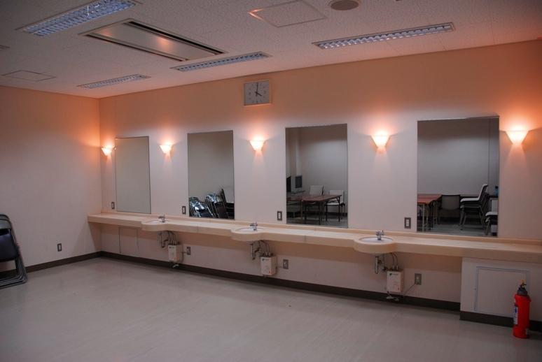 控え室は空調完備。洗面所併設です。