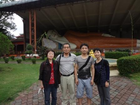 タイ国境の村Tumpatの巨大涅槃仏