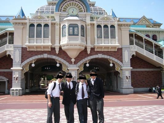 ディズニーランド前の4人の写真