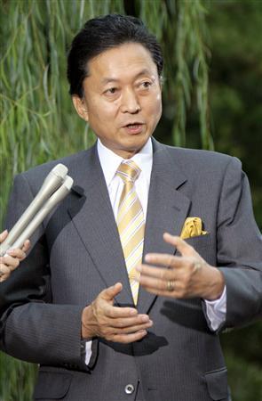 記者団の質問に答える鳩山由紀夫首相=16日午後4時52分、首相官邸・南庭