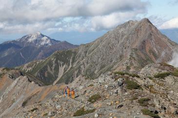 間ノ岳から中白根の稜線を行く