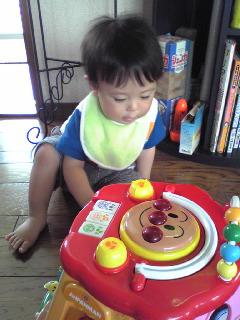 おもちゃで遊ぶ王子
