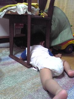 椅子の下で遊ぶ王子
