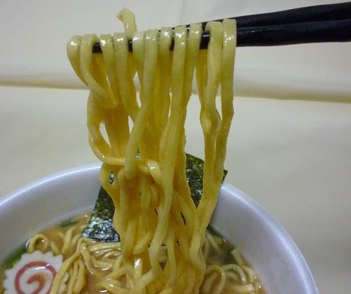カップ麺『太麺堂々』(日清) 麺リフト