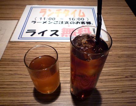 『麺彩 藤』 お冷代わりのコーン茶と、黒烏龍茶(200円)